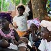 Mulher a amamentar um casal de gémeos, durante uma reunião no âmbito de um programa de reforço da segurança alimentar, na tabanca de Sintcha Tchali,