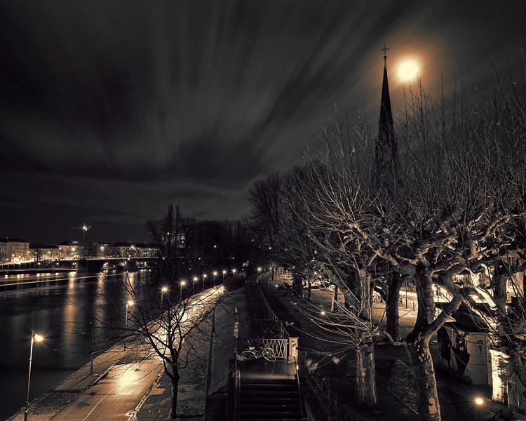 Frankfurt am Main<br /> <br /> The main river of Frankfurt at night <br /> <br /> 78 sec exposure @ f16. Processed with CS4 & Topaz BW