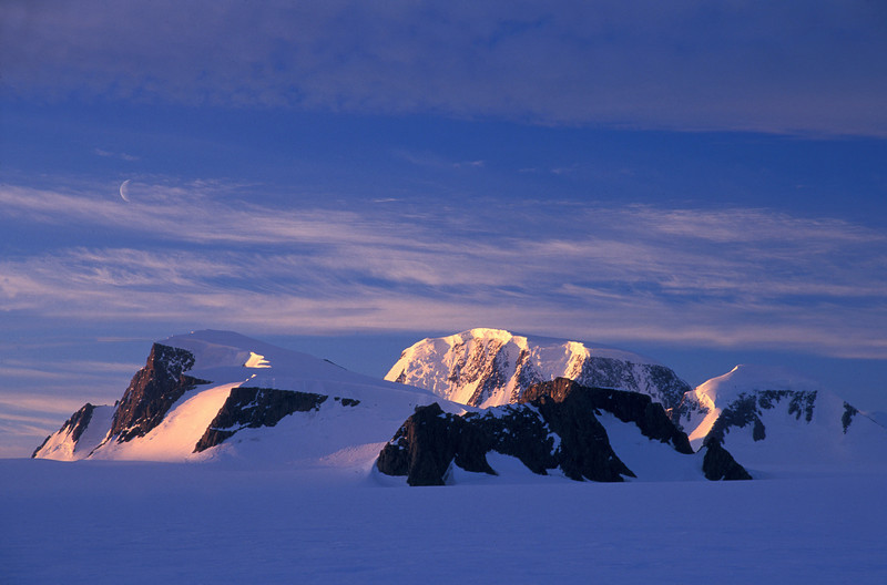 Moon over Mt. Forel <br /> <br /> Mt. Forel is Greenland's second highest mountain at an altitude of 3360 meters.