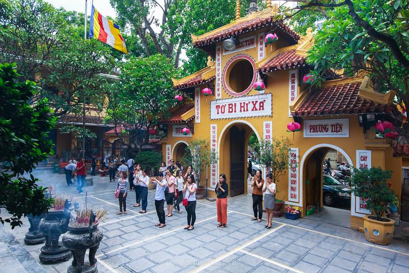 Prayers in Quan Su pagoda