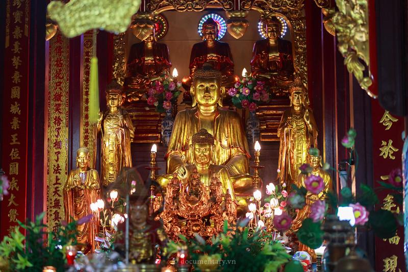 Buddha statue in Quan Su pagoda