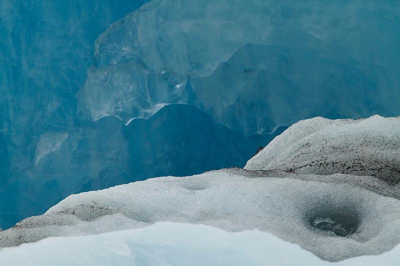 La muerte del hielo en un glaciar islandés: Texturas de hielo azul, nieve y cenizas