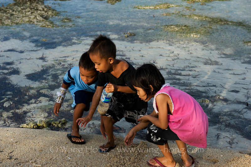Kids trying to catch a crab on Gili Air.