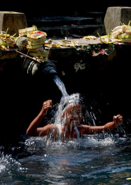 Bathing and having fun at Pura Tirta Empul (Temple of Holy Water)