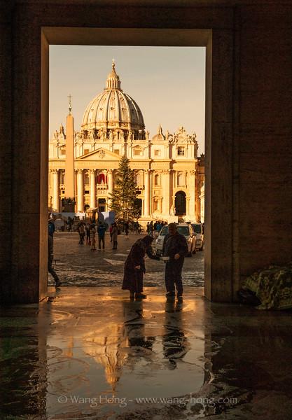 St.Peter's Basilica in Vatican. (Dec. 2014) 梵蒂冈圣彼得教堂(2014年12月)