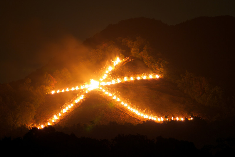 If you look carefully, you can see the people standing near the fires. There are many! 大 2011