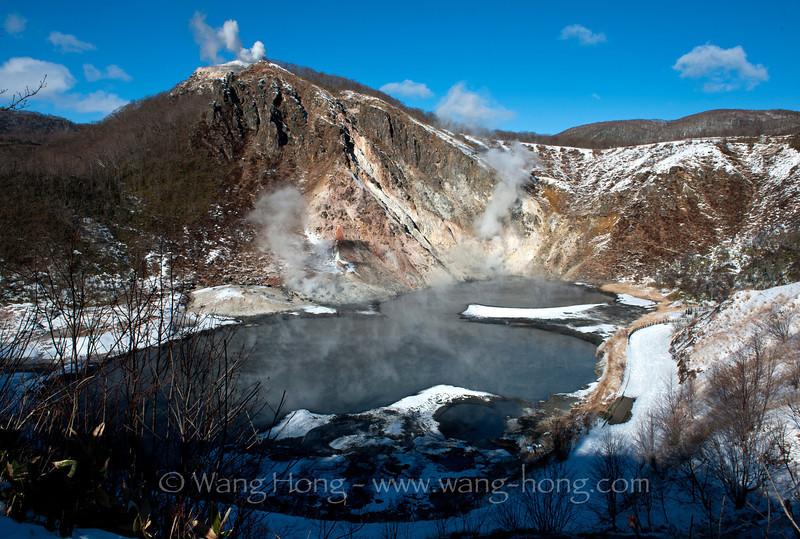 Volcano lake in the Noboribetsu hot spring area 登别温泉区的火山湖