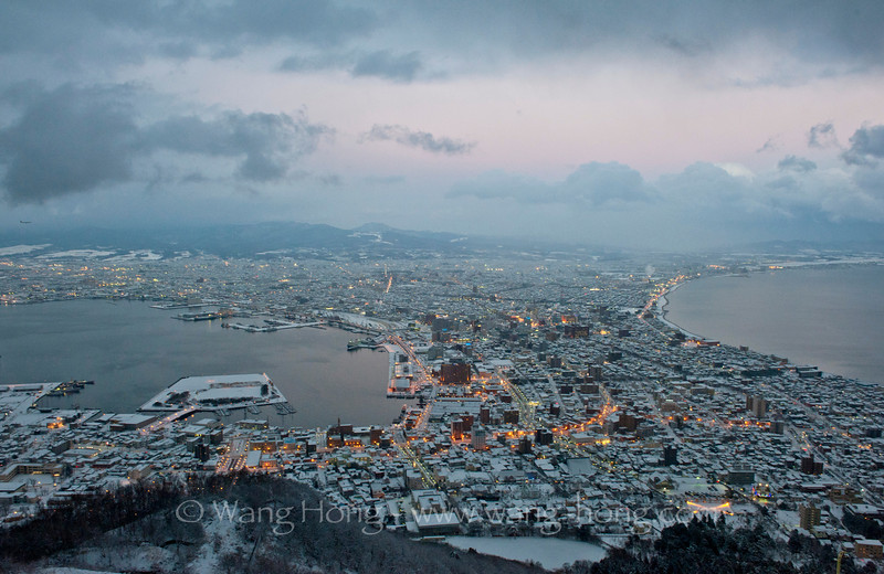City of Hakodate from top of Hakodate Mountain. The night view from here is said to be one of the most attractive around the world, but soon after this photo was taken, a snow storm hit and blocked whatever view one had in front of his eyes. 从函馆山望向函馆,据说这里有世界几大最美夜景之一,不过这张照片拍摄不久,暴风雪来了,一切的景观都消失了。