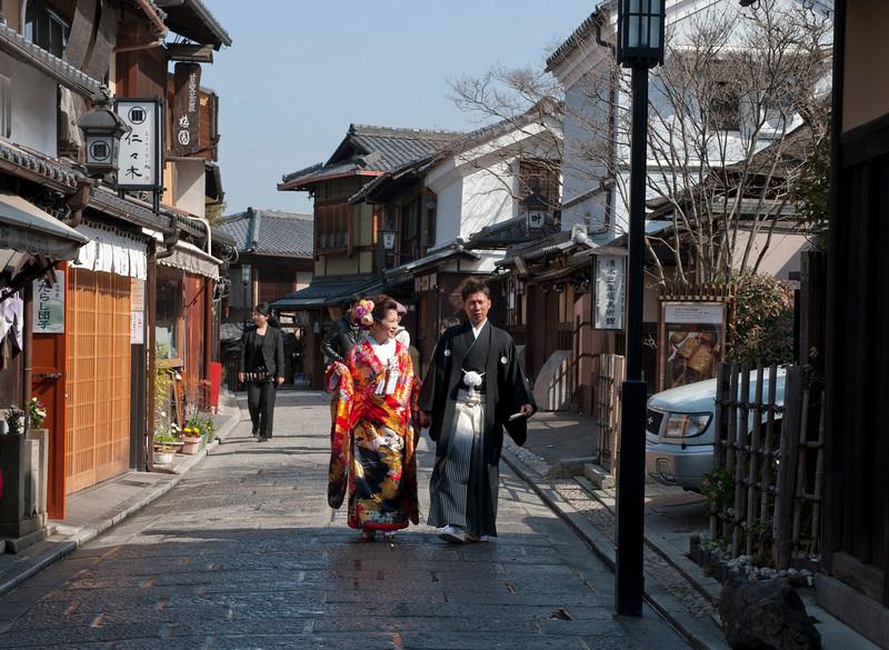Young couple on street near Kiyomizu-dera Temple in Kyoto 京都清水寺附近的小街上