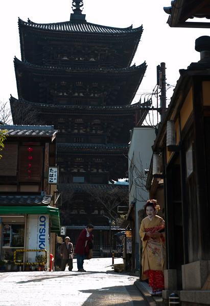 on street near Kiyomizu-dera Temple in Kyoto 京都清水寺附近的小街上