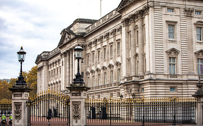 Corner view of front facade of Buckingham Palace.