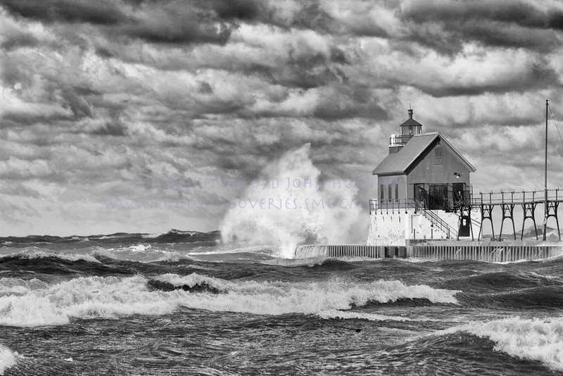 Fall in Michigan    Grand Haven, lake michigan lighthouse , lighthouse waves wind, waves wind, wind_
