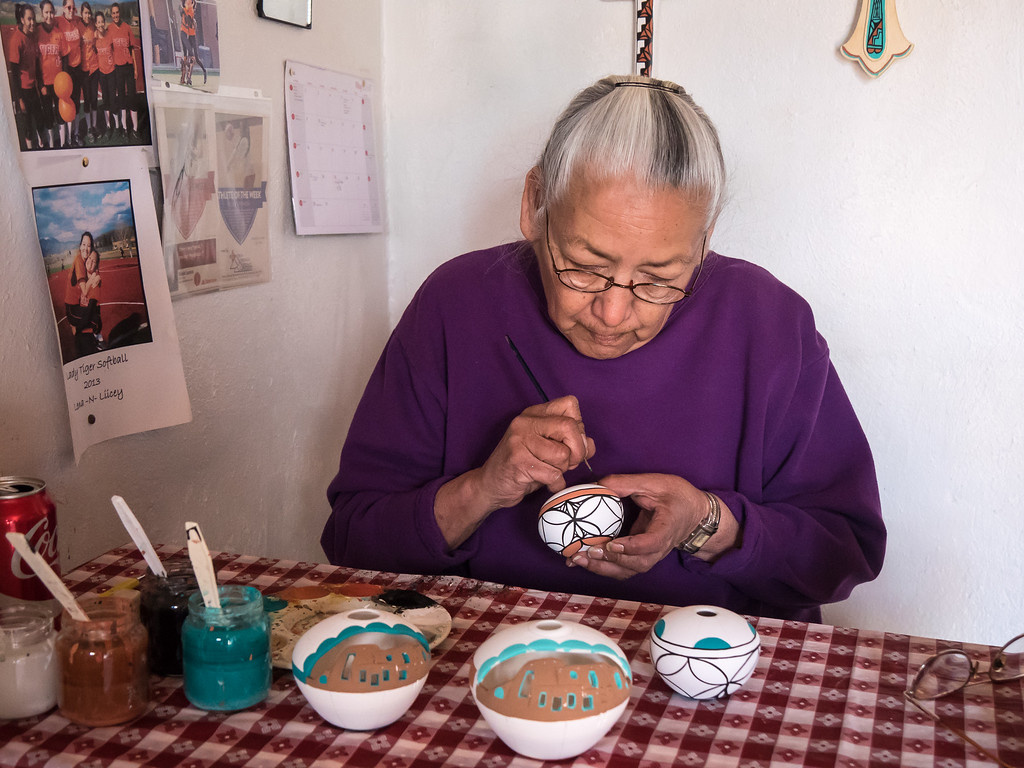 LOCAL ARTIST AT TAOS PUEBLO