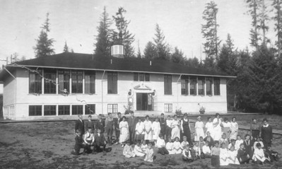The elementary school designed by Portland architect A E Doyle was built in 1921. The main entrance faces east over the valley.