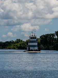 Tug on the waterway