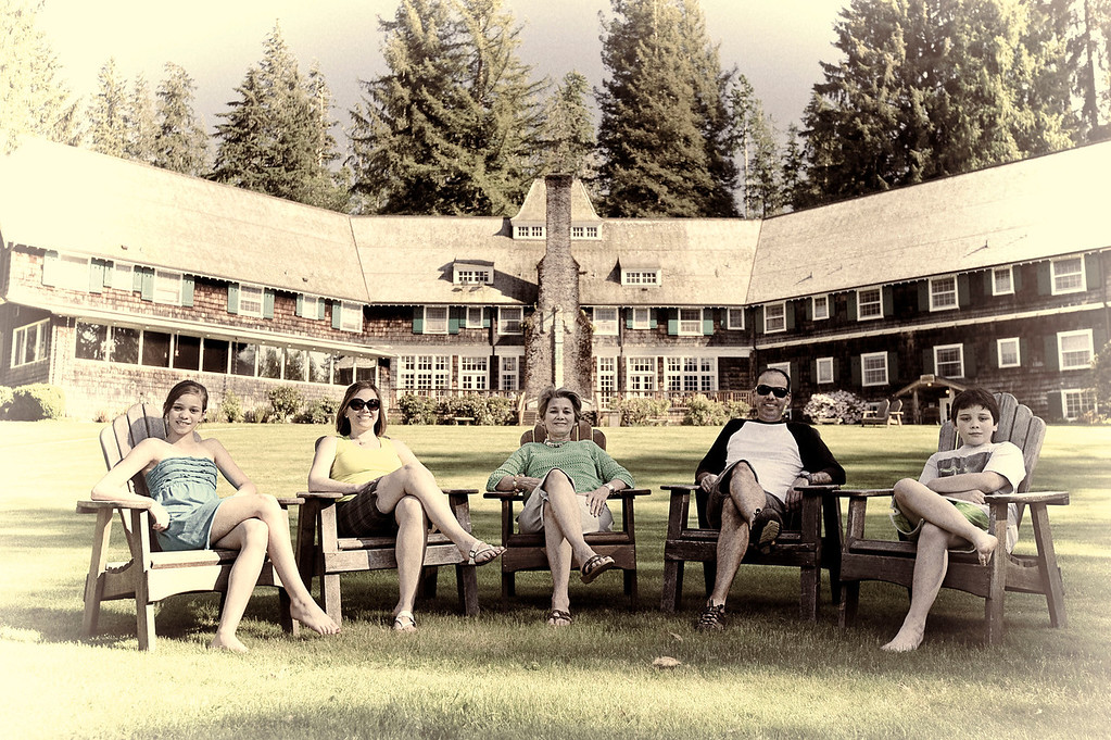 Con la abuela en el Lake Quinault Lodge<br /> <br /> Classic shot with de adirondak chairs, this time around at Lake Quinault Lodge, celebrating mother's day 2012