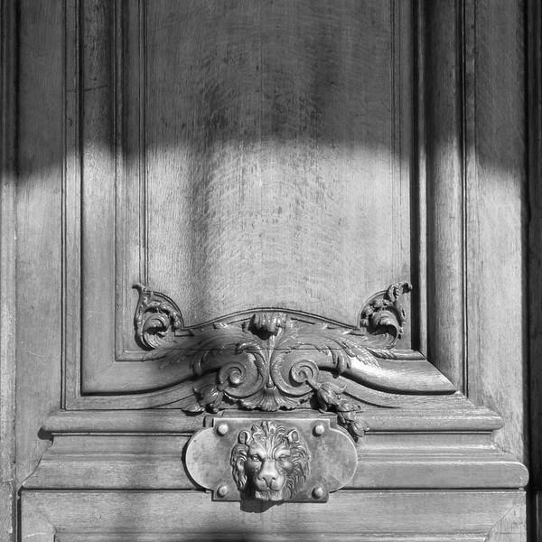 Old lionhead door knob, Rue du Rivoli, Paris