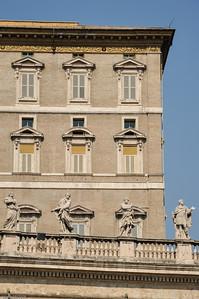 """Der trapezförmige Vorplatz mit Gebäuden auf der rechten Seite wird """"Piazza Retta"""" genannt... / The smaller square with buildings on the right side is called """"Piazza Retta""""..."""