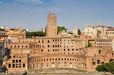 ... sowie den Resten der halbkreisförmigen Trajansmärkte. / ... and to the ruins of the semicircular markets of Trajan.