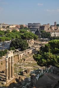 ... und davor das Forum Romanum, das ältestes Zeugnis der Antike. / ... and the Forum Romanum, the oldest witness  of ancient Rome.