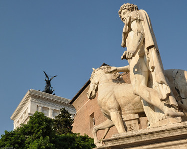 """Einen Überblick der """"Ewigen Stadt"""" bekommt man am besten vom Vittoriano-Denkmal am """"Piazza Venezia"""". / Get te first impression from the  top of the monument """"Il Vittoriano""""."""