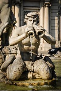 ... von denen jeder reichhaltig mit Plastiken verziert ist. / ... each of these massivly decorated with sculptures.