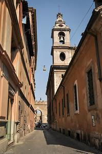 """Durch die Seitenstraßen sieht man rechts vom Petersplatz den """"Passetto di Borgo"""" ... / Through the side streets you can see the """"Passetto di Borgo""""..."""