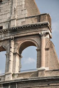Es wurde um 72 v.Chr. unter Vespasian alias Augustus erbaut. / It was built around 72 BC. in the era of Vespasian, known as Augustus.