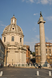 Die 38 m hohe Trajansäule befindet sich an ihrem originalen Standort.  /  Trajan's Column with a hight of 38 m can be visited at its original location .