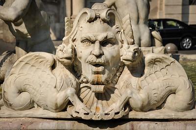 Geprägt wird der Platz durch drei Brunnen... /  The square is dominated by three fountains...