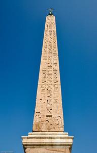 Im Zentrum steht ein knapp 24m hoher ägyptischer Obelisk. / In the centre you see an Egyptian obelisk, nearly 24m high.