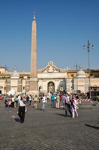 "Der ""Piazza del Popolo"" bedeutet nichts anderes als ""Platz des Volkes"". / The ""Piazza del Popolo"" means ""People's Square""."