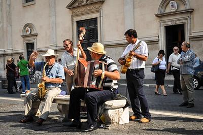 """Der """"Piazza Navona"""" ist beliebter Treffpunkt für Märkte und Straßenmusikanten. / """"Piazza Navona"""" is a popular for its markets and street musicians."""