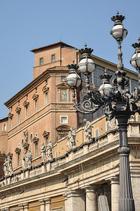 ... und geht in den elliptischen eigentlichen Petersplatz über. / ... and is bordering on the elliptical St. Peter's Square.
