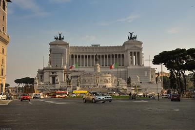 Das Denkmal für König Victor Emanuel II. ist nicht zu übersehen...  /  You can't miss the monument for King Victor Emanuel II.  ...