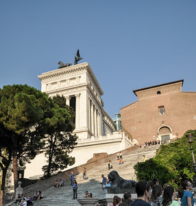 Zunächst geht es über steile Treppen hinter dem Denkmal hinauf... / Behind the monument you need to use steep stairs to climb up...
