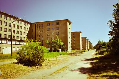 """Ein 4,5 km langer Komplex aus gleichartigen """"Gästehäusern""""... / A series of equal """"Guest houses"""" 4,5 km in a row..."""