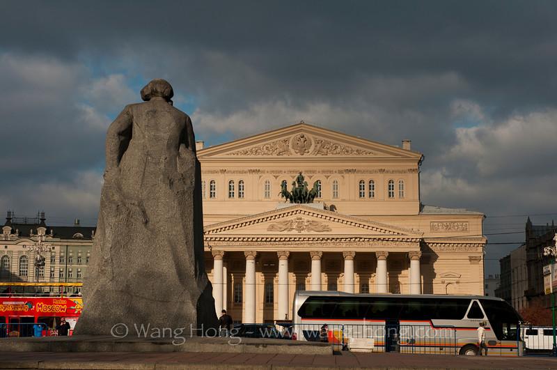 Bolshoi Theatre across a busy street from the statue of Karl Marx. 俄罗斯波修瓦大剧院与卡尔马克思塑像隔街相望。