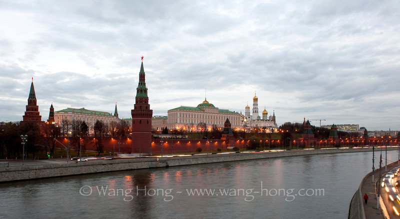 The lights are just on at the Kremlin. 克里姆林宫华灯初上。