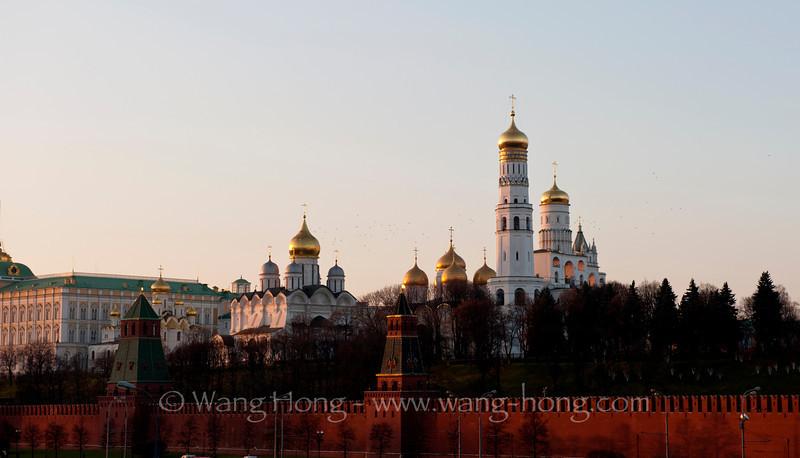 The Moscow Kremlin. The tallest tower is Ivan the Great Bell Tower. 莫斯科克里姆林宫。最高的建筑是伊凡大帝钟楼。