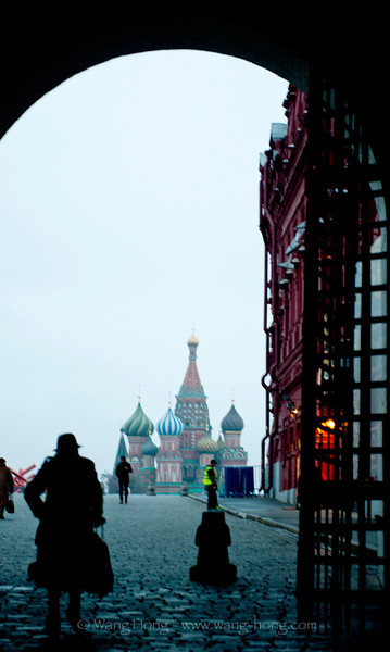 St. Basil's Cathedral through the North Gate of the Red Square in early morning, November 2013. 从红场北门望向圣瓦西里升天教堂。