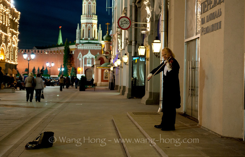 Violinist playing at night on a side street from Red Square. 红场附近的街道,提琴声飘在深秋微寒的空气中如泣如诉,我的鼻子不禁酸了。