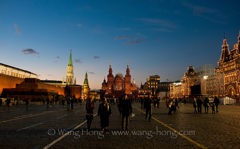 The night is falling onto the Red Square. 夜幕正在降临莫斯科红场。
