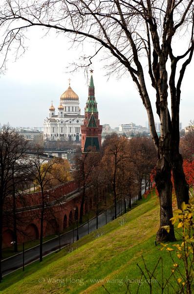 Christ the Savior Cathedral seen from the Moscow Kremlin. 从莫斯科克里姆林宫望向救世主大教堂。