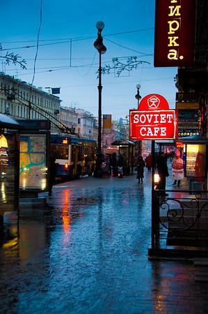 Walking up Nevskiy Prospekt, Saint Petersburg, Russia.  Photo by: Stephen Hindley ©