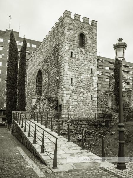 Estas torres adosadas a la muralla están representadas en el escudo de Talavera de la Reina, y datan del siglo XIII. Algunos días, cuando hay mercadillo medieval, se permite la subida a esta torre, donde se pueden disfrutar una buenas vistas del casco antiguo así como una curiosa estructura de arcos: http://www.jorgebenayas.com/Places/Spain/Fotosdetalavera/i-DPNXMK7/A