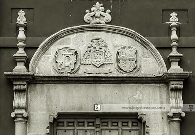 Dintel en el edificio de la policía local, posiblemente procedente de la antigua alhóndiga de la Corredera del Cristo