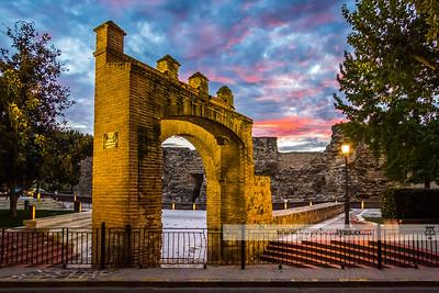 Puerta de Sevilla al anochecer