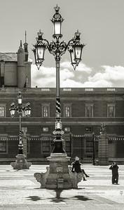 Posando en las farolas del Palacio Real