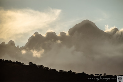 Backlit mountains / Montañas a contraluz